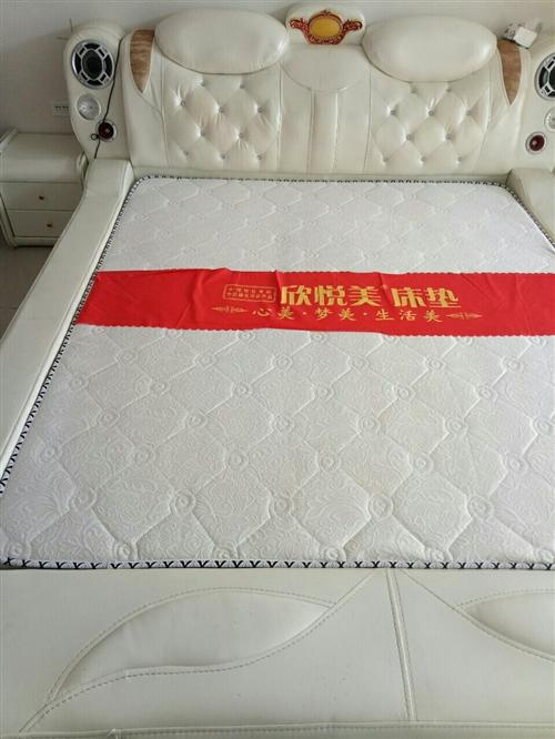 八成新皮床出售,新床買時光床墊都2000多,現因搬家欲處理掉,價格面議!