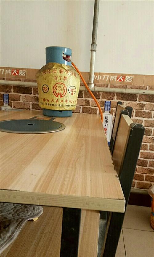 煤气火锅桌椅带气燥,四套。另有烤羊腿全自动烤炉,不锈钢桌子带环保吃串吃羊腿炉,四张。还有桌上放的环保...
