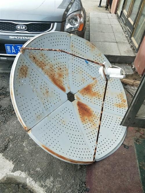 电视接收信号的锅盖,最大号的,6成新,有需要的给钱就拿走。价格可议。