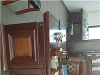 出售整套辦公桌椅家具。辦公桌+老板椅+柜子+實木茶幾+真皮沙發,地址是余干縣石口鎮。