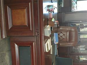 出售整套�k公桌椅家具。�k公桌+老板椅+柜子+��木茶��+真皮沙�l,地址是余干�h石口�。