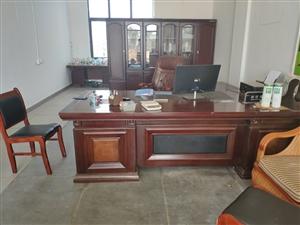 �D��k公家具3.2�k公桌+老板椅+屏�L柜+��木茶��+真皮沙�l,需要的老板�系我。1370703580...