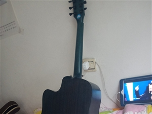 全新吉他一把,刚买回来还没开始学,没时间学,喜欢的抓紧,全新低价转卖原价1300  亏本一千拿走,好...