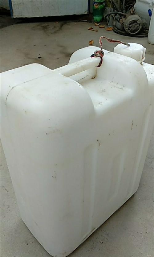 求購50斤二手塑料膠桶,要求完整 干凈 有蓋子長久合作!!!