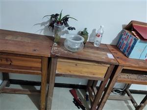 本人有课桌22张,凳子40个,之前办补习班用的,现低价处理,超级便宜,地址北城名都,详询177166...