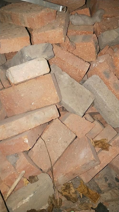 家里建房剩的砖头,新砖大概1000多,旧砖2000,都卖2毛一块,?#23478;?#30340;话600块打包,需要的自己到...