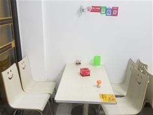 桌椅一套底�r�理一共有四五套100一套速度自取北京大街好日子酒店旁