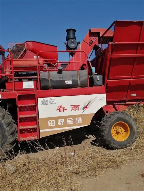 玉米收割機賣,春雨大五行。現已保養完了,接到手里就干活,有想法的來,售價7.5萬元,免談講價,詳細咨...