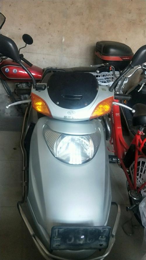 二手摩托車出售,嘉陵100,九成半新1200元。地址龍鼎大道120號,電話15079798157