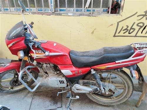 出售自用豪爵鉆豹摩托車一輛,車況良好,無事故,無大修。自己改的氙氣大燈,看中的兄弟姐妹可以來看看!一...