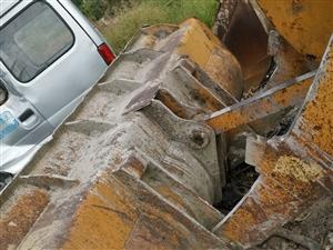出售一台30龙工装载机,2011年9月出厂,加长大臂,原装原版,就修了一个公园,没干活重活,全车滴油...