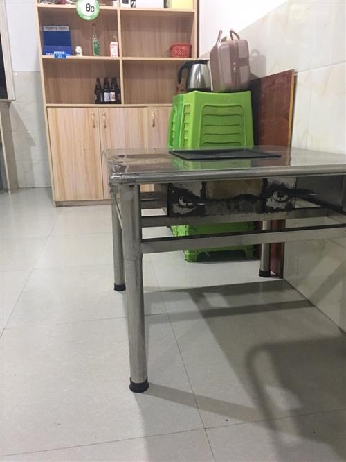 二手烧烤桌、油烟机、酒柜、冰柜处理。