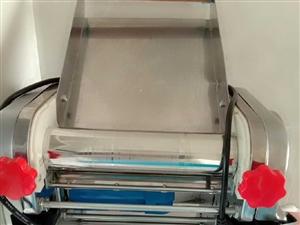 基本全新压面机,重大概三十斤,去年年底淘宝购买699元,家里人少,买来用了两?#21361;?#38386;置所?#32536;图?#36716;让,压...