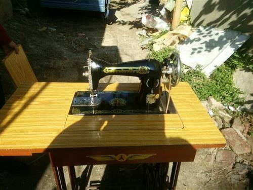 出售个人飞人牌脚踏缝纫机,成色新,呗好用。价格美丽。联系电话 15732831896