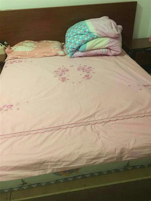 1.5*1.8米床,床墊及床頭柜八九成新,因是自用的所以全是請木工訂做的,比市面上售賣的質量好牢固,...