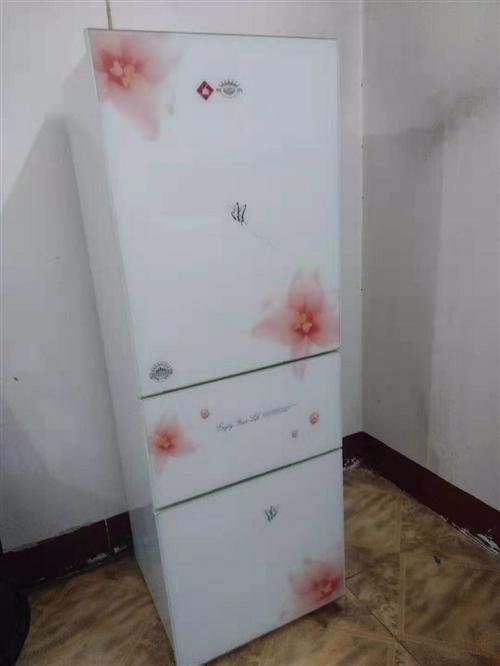 租房的時候買的自用電冰箱一臺,因為要去外地,想處理掉,需要的朋友可以聯系我