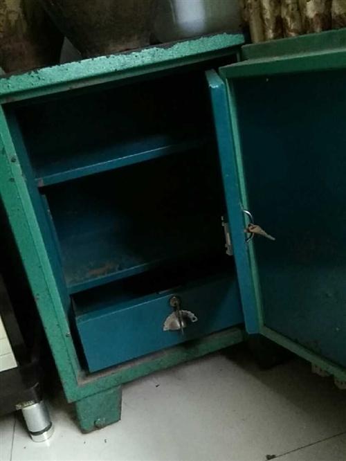 保险柜 以前用来装文件的。现在用不着了。尺寸大概长宽高:60、60、80厘米。重量大概400斤左右。...