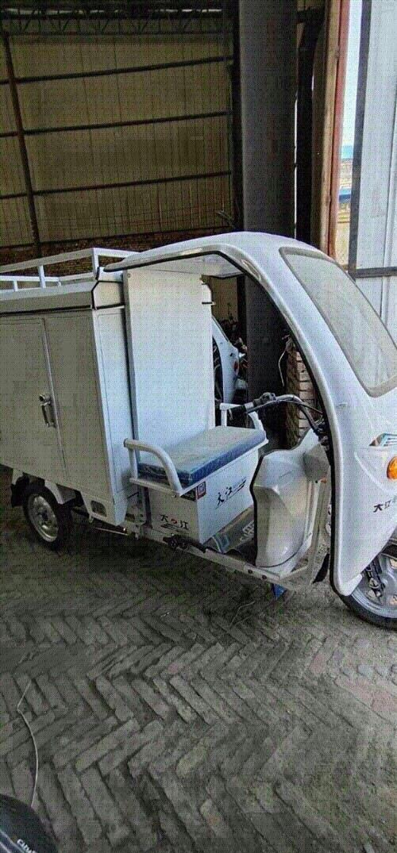 快递一体三轮车,装两组6038的电瓶,骑了一个半月,现在出售,联系电话13993766212