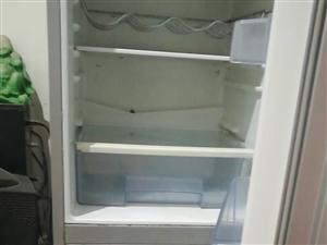 三开门家用冰箱,玻璃面板,九成新有需要的联系我,13938665235.地址姜湾村姜南路