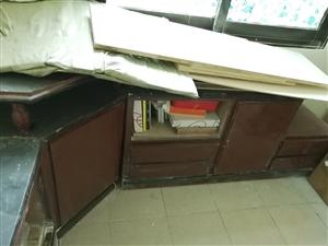 两张木桌,一张茶几桌。木桌完好,装修弄脏了,茶几桌面稍有破损。均不影响使用,免费送,自提。