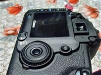 出售佳能5D全畫幅單反相機,聲音好聽,功能正常,成色挺好的,搭配金圈佳能28/80鏡頭,俗稱黑夫人。...