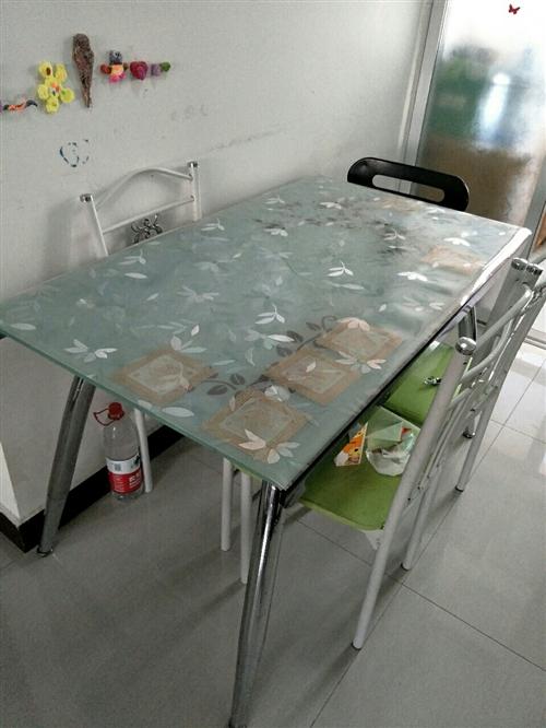 餐桌九成新,餐椅四张,餐桌尺寸120*70 (由于要离开嘉峪关,家里所有家具家电便宜处理,都是买的...
