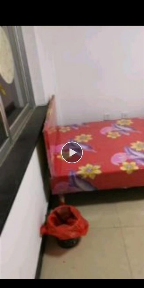 有木板床宽1.5米,长2米一张,1.2米宽,长2米一张,90Cm宽,长2米一张,便宜处理。