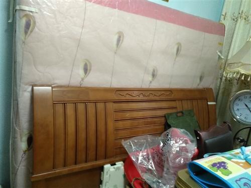 實木床很新加床墊1米8用了半年便宜處理。需要的朋友盡快聯系。