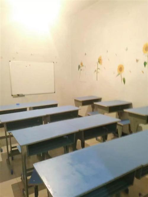 单人课桌,九成新,只用了一个月