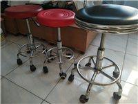 家具店买的高质量吧椅,非淘宝质量!两个红色的一个30元,黑色靠背的100元