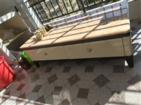 实木大理石茶几桌,因搬家,现将9成新的大理石实木桌出售,1.3,双面4个抽屉,还很新,只用了一年,买...