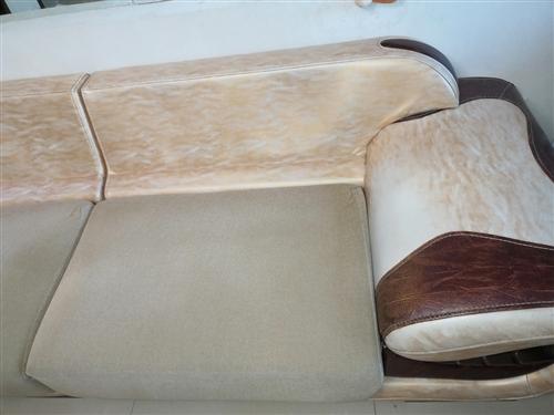 沙发长3米,宽1米,真皮,带靠枕,500自取,在白城市内老烟草。电话18743664070