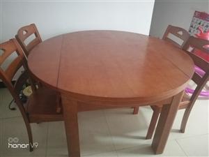 一张可伸缩圆桌,六根靠背椅,刚买没多久,八九成新,感觉有点大了,房子太小了不适合放