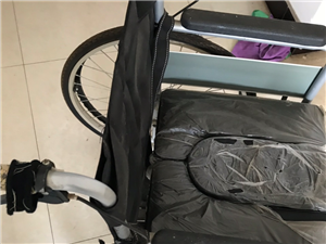 轮椅和坐便椅,高度可调节,九成新。自提。质量没问题。价格可议。有意拨打电话