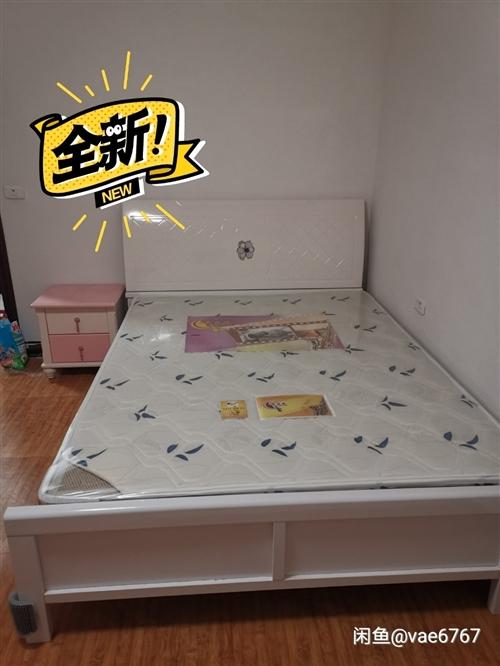 **的床+床垫+床头柜 尺寸一米五 床垫还未开封 可分开售 一起拿更便宜 地点开阳 价格私聊