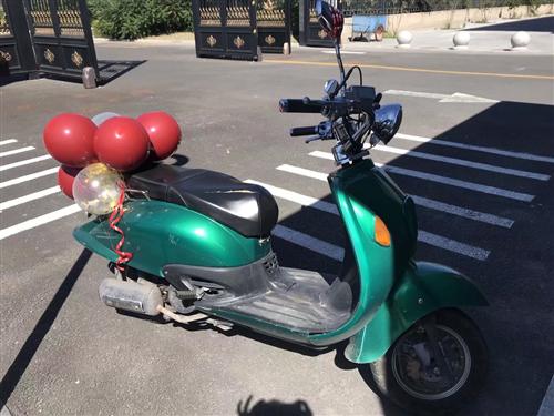 踏板摩托车送头盔新换的电瓶