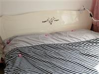 出售九成新1.8米大床(1.8*2),带俩床头柜,因回外地老家想低价处理,有需要的联系1516445...