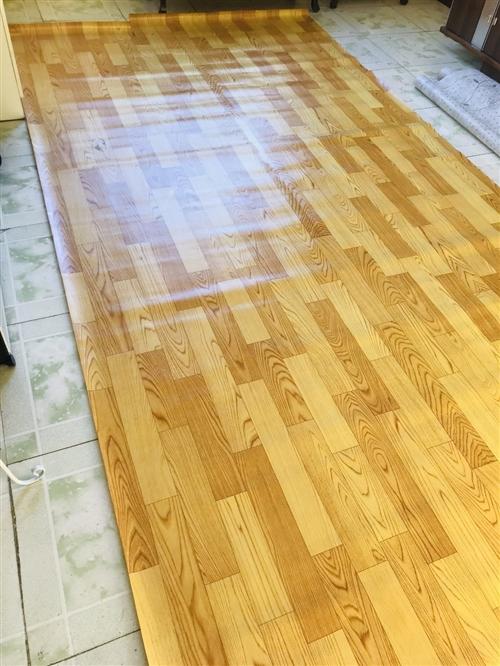 地板革,是厚的不容易破的那种,两块,一块长4.4米,宽2米,两块尺寸是一样的,有一小块不小心用熨斗烫...