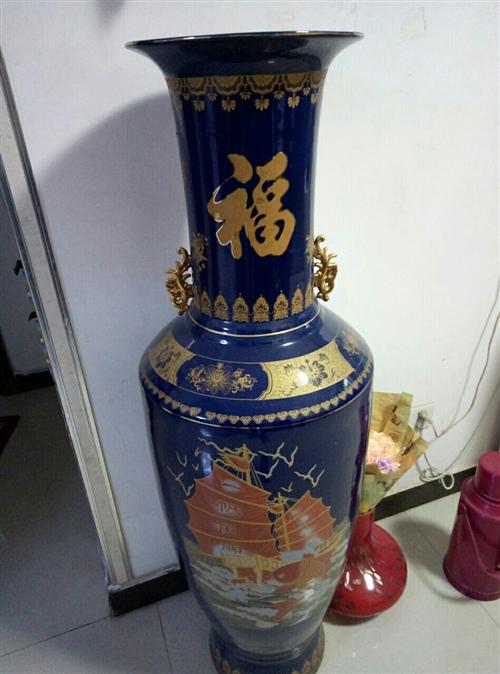 一對大花瓶出售,高一點四米,價格面議。