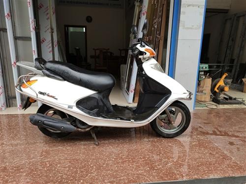 17年5月国产品牌摩托,手续齐全,公里数少,更换了一个五羊本田化油器,油耗低!整车稳好骑,县城代步实...