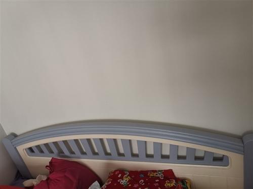 兒童套房家具。1.5米床,三門衣柜。寫字臺帶書架。買了四年。幾乎沒用,九成新。家里要定制家具所以出了...