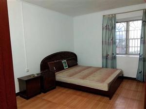 淦龙小区3房2厅2卫,装修如图。中层,三小**房。136平。