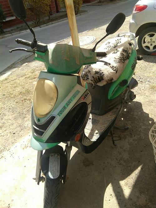 雅迪踏板摩托車七成新,外貌有點舊,機器沒修過,我冬天去呼市半年回來,還能騎,我有電動車很少騎,有人用...
