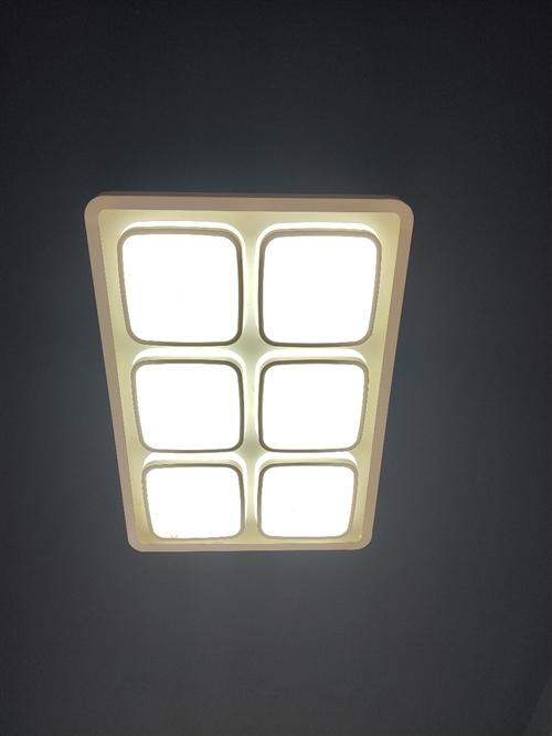 9成新三色光源燈具吸頂燈。裝修房子不用這種燈了,沒地方放,所以閑置了。四周鐵藝,中間亞克力,80cm...