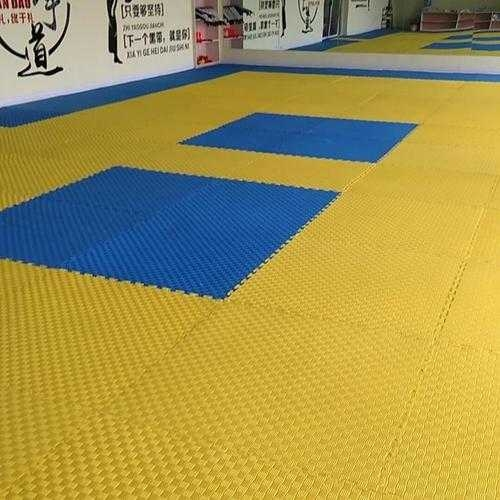 跆拳道垫子,3cm厚,1m*1m,五道纹,红蓝,黄蓝双色,约有100块左右。九成新。价格优惠,县城内...