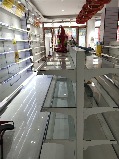 超市貨架,母嬰店貨架9.5成新,當時九萬多做的貨架,才用一年,玻璃不銹鋼白色烤漆貨架,現在搬店便宜處...