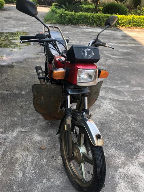 两个轮胎、链条、机油都是刚换不久,大灯也换成了疝灯亮,直接可以骑行。