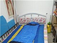 9成新铁架双人床(1.5米),结实不松动。200元便宜出售(不议价),需要自己拉运,诚心的联系153...