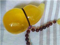 精品琥珀吊坠,吊坠重31.5,总重46,陪血珀珠子,吊坠颜色金黄,有蜜蜡花纹和金沙,非常的漂亮,可陪...