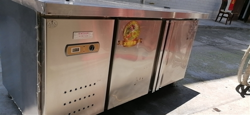 冷凍操作臺九成新,冷凍效果好。